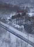 Uma cruz pequena da vila pela estrada Fotografia de Stock
