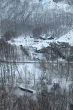 Uma cruz pequena da vila pela trilha railway Imagens de Stock