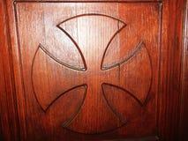 Uma cruz que fosse criada na porta da igreja foto de stock