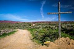 Uma cruz que marca a maneira no trajeto de Camino Frances a Santiago de Compostela fotos de stock royalty free