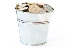 Uma cubeta cheia das moedas Imagem de Stock Royalty Free