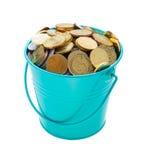 Uma cubeta cheia das moedas Fotografia de Stock Royalty Free