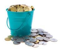 Uma cubeta cheia das moedas Imagens de Stock Royalty Free