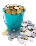 Uma cubeta cheia das moedas Foto de Stock