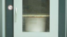 Uma cubeta da pintura que agita na máquina para tonificar as pinturas interiores e mais exterier video estoque