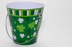 Uma cubeta decorada para o dia do ` s de St Patrick Fotos de Stock