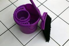 Uma cubeta e uma escova para limpar os locais Imagens de Stock Royalty Free