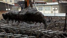 Uma cubeta larga da máquina escavadora deixa cair a terra da parte inferior do rio Limpando e aprofundando o canal vídeos de arquivo