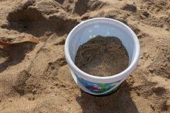 Uma cubeta na praia imagens de stock royalty free