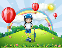 Uma cume com uma menina que está ao lado de sua bicicleta Imagem de Stock
