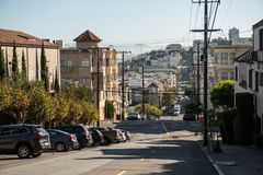 Uma da rua em declive icónica em San Francisco fotos de stock