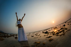 Uma dança bonita da mulher na praia Fotos de Stock Royalty Free
