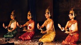 Uma dança cambojana do Khmer tradicional de Apsara que descreve a epopeia do ramayana o 13 de setembro de 2013 em Siem Reap, Camb imagens de stock royalty free