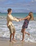 Uma dança nova dos pares na praia Fotografia de Stock