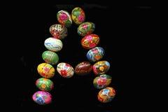 Uma das letras do ` da Páscoa do ` da palavra As letras são feitas dos ovos da páscoa Foto de Stock