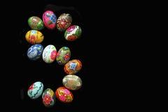 Uma das letras do ` da Páscoa do ` da palavra As letras são feitas dos ovos da páscoa, de cores diferentes e com testes padrões d Fotos de Stock