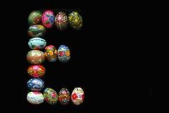 Uma das letras do ` da Páscoa do ` da palavra As letras são feitas dos ovos da páscoa, de cores diferentes e com testes padrões d Foto de Stock Royalty Free