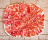Placa do iberico espanhol do jamon cortada foto de stock royalty free