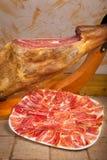 Pé e placa do iberico espanhol do jamon fotos de stock