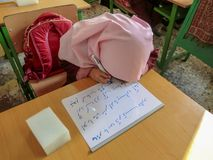 Uma das meninas da escola primária em Rasht, província de Guilan, Irã Uma escola islâmica onde as meninas devam vestir scarve imagem de stock royalty free