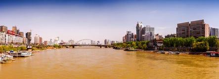 Uma das pontes do arco sobre o Rio Amarelo (Huang He) em Lanzhou, província de Gansu, China Imagem de Stock Royalty Free