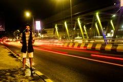 Uma das pontes que conecta duas cidades na cidade pobre de Batu fotos de stock royalty free