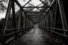 Uma das pontes que conecta duas cidades na cidade pobre de Batu imagem de stock