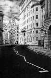 Uma das ruas de Liverpool com uma vista da construção do fígado e de sua torre de pulso de disparo Historicamente Liverpool teve  fotos de stock royalty free