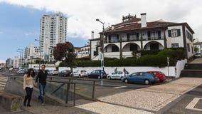Uma das ruas no centro de Ponta Delgada A cidade é ficada situada no Sao Miguel Island (232 99 km2) Fotos de Stock Royalty Free
