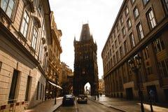 uma das torres da ponte de Charles Bridge em Praga, República Checa imagem de stock royalty free