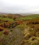 Uma das trilhas que conduzem a Hathersage da borda de Stanage imagens de stock
