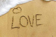 Uma declaração original do amor na areia Amor em férias L fotografia de stock royalty free