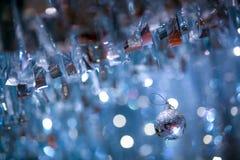 Uma decoração brilhante da bola com fundo do bokeh do borrão no partido fotos de stock royalty free