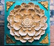 Uma decoração floral do cavamento da pedra do teste padrão na parede imagem de stock