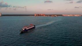 Uma demonstração aérea aérea de uma balsa do passageiro e de carro que vá entre Isla Mujeres e Cancun em México no nascer do sol vídeos de arquivo