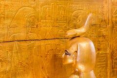 Uma deusa egípcia que proteja uma caixa que contém os órgãos humanos fotografia de stock