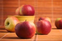 Uma dispersão das maçãs Fotografia de Stock Royalty Free