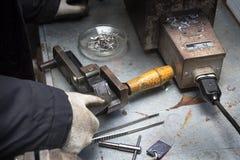 Uma disposição de agulhas e de elementos no molde imagens de stock
