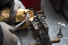 Uma disposição de agulhas e de elementos no molde A planta do artesão produz componentes para as máquinas Foto de Stock Royalty Free