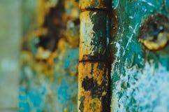 Uma dobradiça de porta oxidada fotos de stock