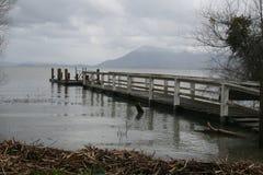 Uma doca estende para fora sobre um lago inundado Fotos de Stock Royalty Free