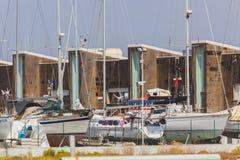 Uma doca seca/doca/drydock com lotes dos barcos e das embarcações foto de stock royalty free