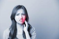 Uma dor de dente da sensação da mulher fotos de stock royalty free