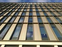 Uma elevação de uma construção moderna fotos de stock royalty free