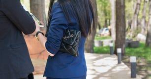Uma embreagem fêmea perto de à mão durante negociações Fotografia de Stock