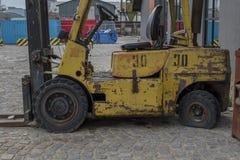 Uma empilhadeira abandonada velha na estação do mar em Varna fotos de stock