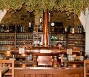 Uma empregada de mesa serve uma cerveja em uma cervejaria Imagens de Stock Royalty Free
