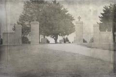 Uma entrada em um cemitério velho fotografia de stock royalty free