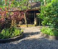 Uma entrada indonésia do jardim em Bali, Indonésia imagens de stock royalty free