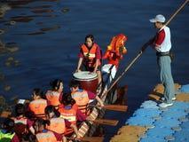 Uma equipe de Dragonboat em começar Foto de Stock